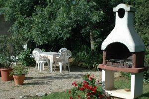 Barbecue dans le jardin du gîte en aveyron